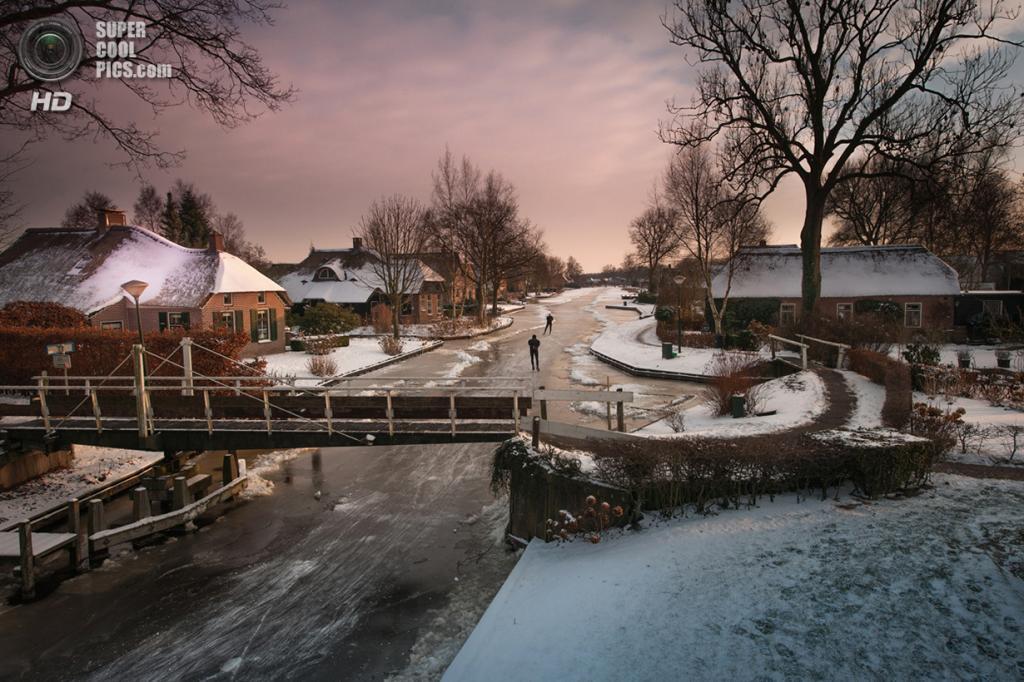 Зима в небольшой голландской деревне. Место съёмки: Стенвейкерланд, Оверэйссел, Нидерланды. Номинация: National Awards, Нидерланды, 1 место. (Theo de Witte/2014 Sony World Photography Awards)