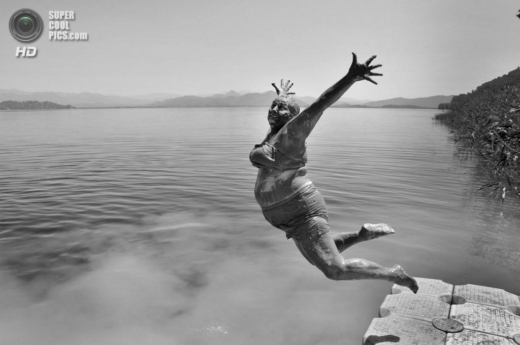 Прыжок в озеро после купания в лечебной грязи. Номинация: National Awards, Турция, 2 место. (Alpay Erdem/2014 Sony World Photography Awards)