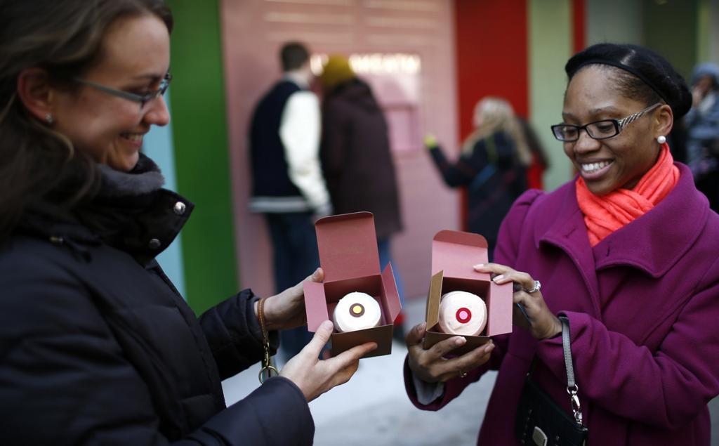 США. Нью-Йорк. 26 марта. Стефани Лич и Кэндис Смит демонстрируют кексы, которые им выдал «банкомат» Cupcake ATM при пекарне Sprinkles Cupcake Bakery в Верхнем Ист-Сайде. (REUTERS/Mike Segar)