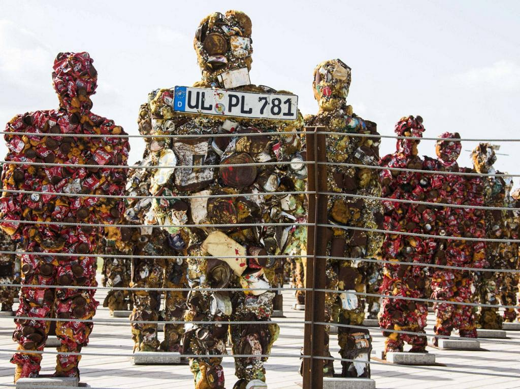 Израиль. Тель-Авив. 2 апреля. Выставка Ганса-Юргена Шульта «Trash People» в Парке Ариэля Шарона, где до недавнего времени располагалась Хирия — самая большая мусорная свалка Израиля. (JACK GUEZ/AFP/Getty Images)