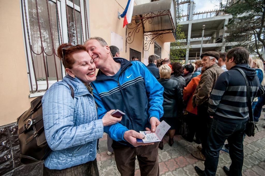 Крым. Симферополь. 8 апреля. Местные жители получают российские паспорта. (AP Photo/Alexander Polegenko)