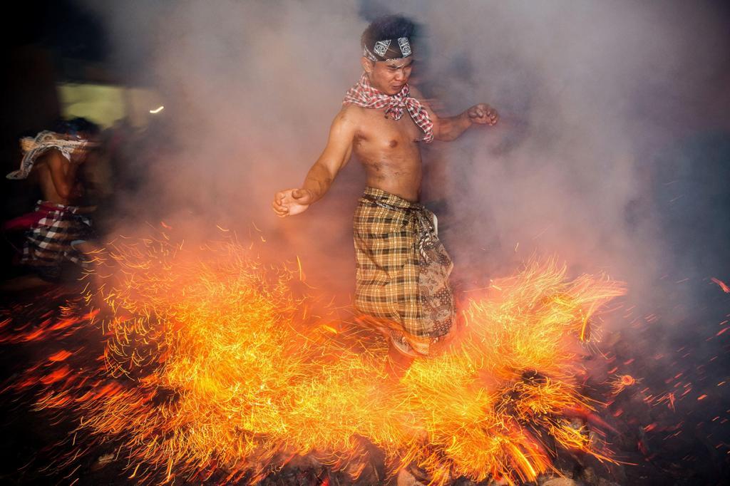 Очищение огнём на острове Бали (12 фото)