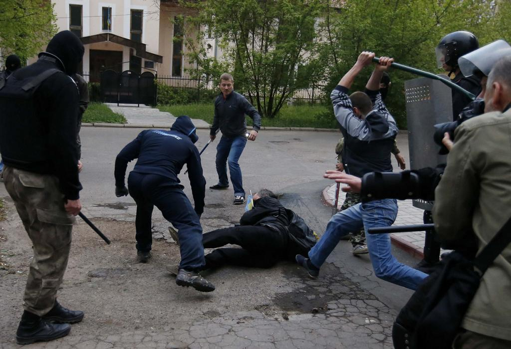 Украина. Донецк. 28 апреля. Пророссийские активисты атакуют мужчину с украинским флагом. (REUTERS/Marko Djurica)