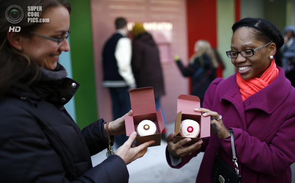 США. Нью-Йорк. 26 марта. Стефани Лич и Кэндис Смит демонстрируют кексы, которые им выдал «банкомат» Cupcake ATM в Верхнем Ист-Сайде. (REUTERS/Mike Segar)