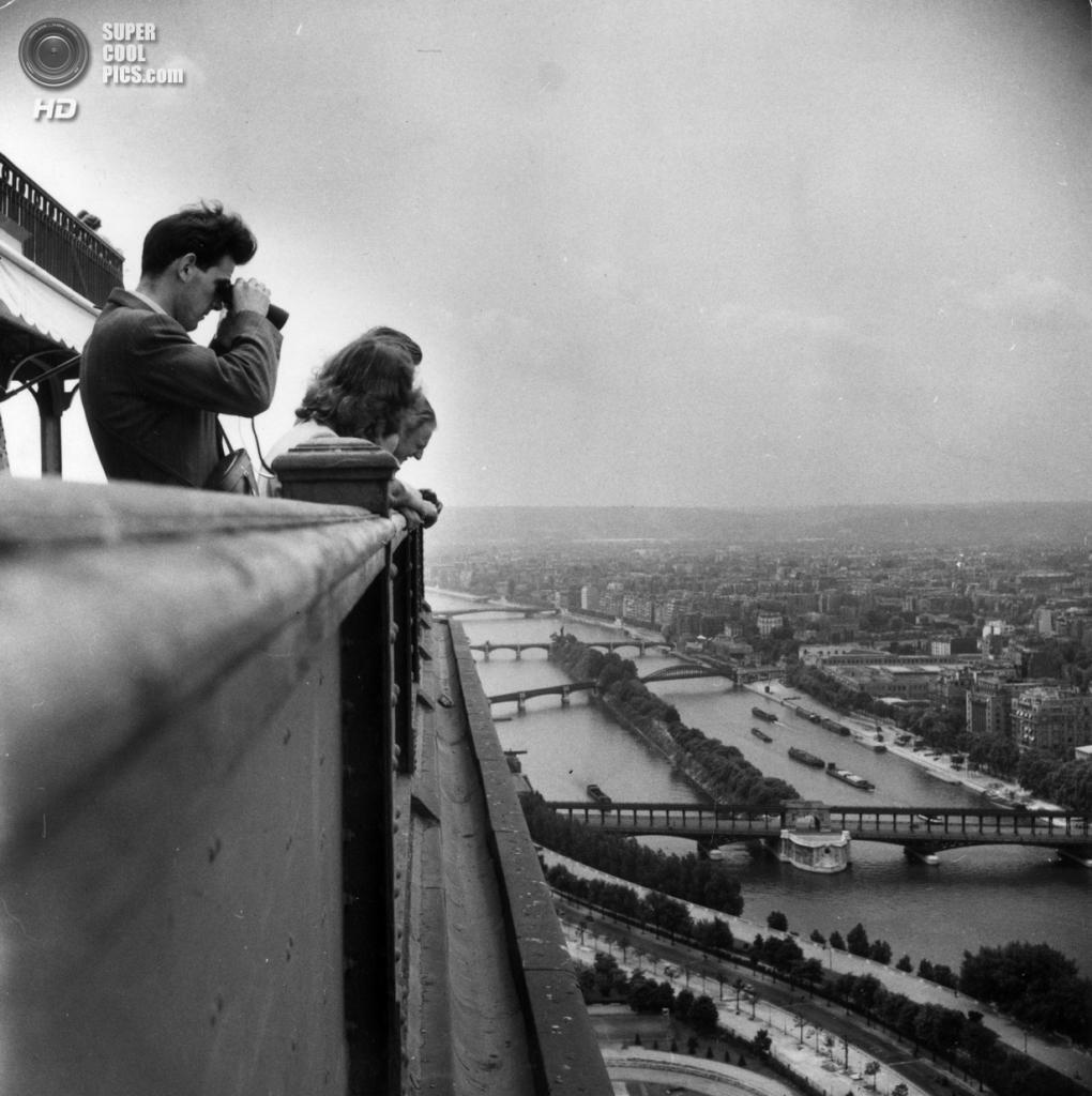 Франция. Париж. Эйфелева башня. 1950 год. (Hulton Archive/Getty Images)