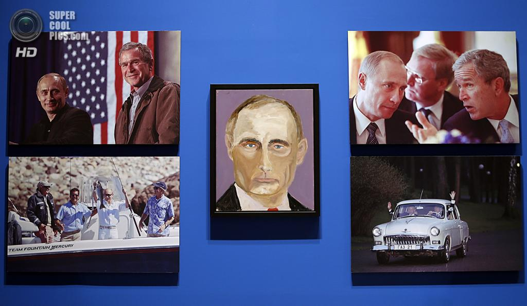 США. Колледж-Стейшен, Техас. 4 апреля. Портрет президента РФ Владимира Путина на выставке работ экс-президента США Джорджа Буша-младшего «Искусство быть лидером: Личная дипломатия президента». (Stewart F. House/Getty Images)