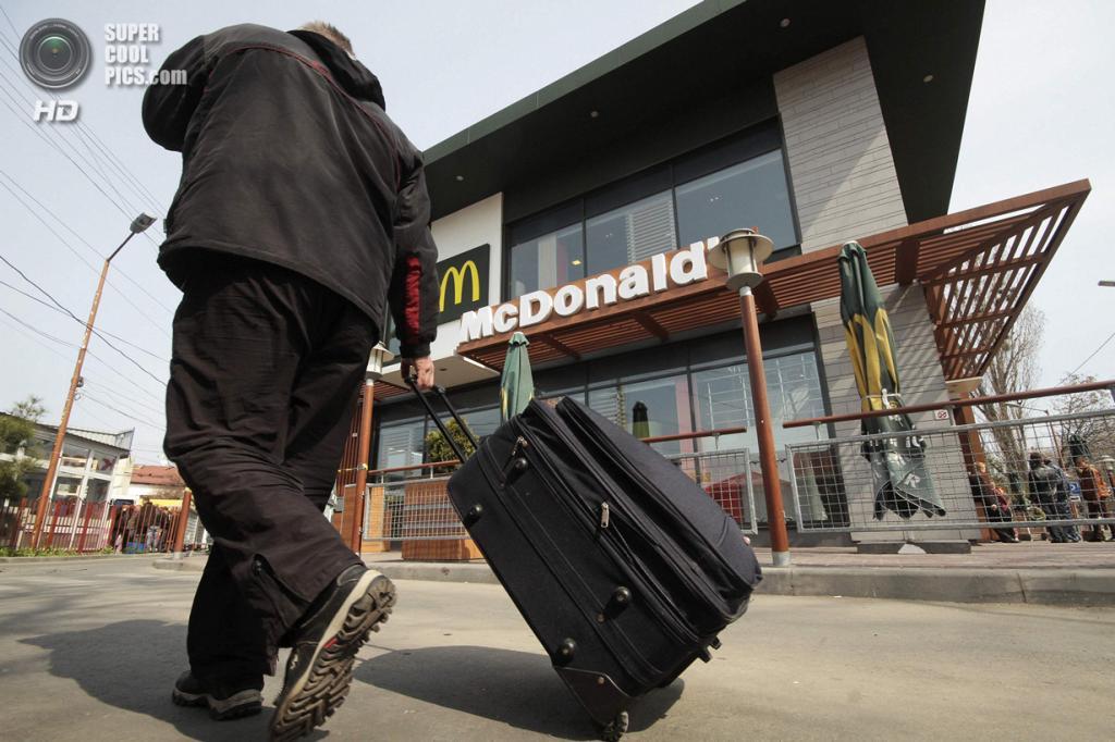 Крым. Симферополь. 4 апреля. Закусочная McDonald's, закрытая «по независящим от компании производственным причинам». (REUTERS/Stringer)
