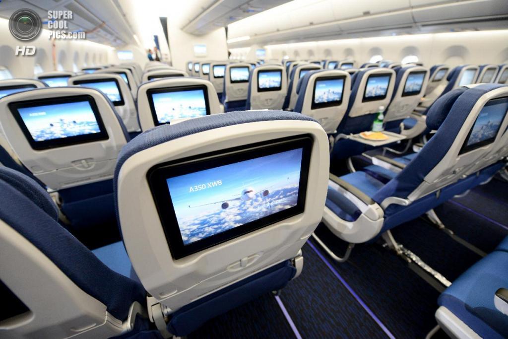 Германия. Гамбург. 7 апреля. Эконом-класс Airbus A350 XWB. (REUTERS/Fabian Bimmer)