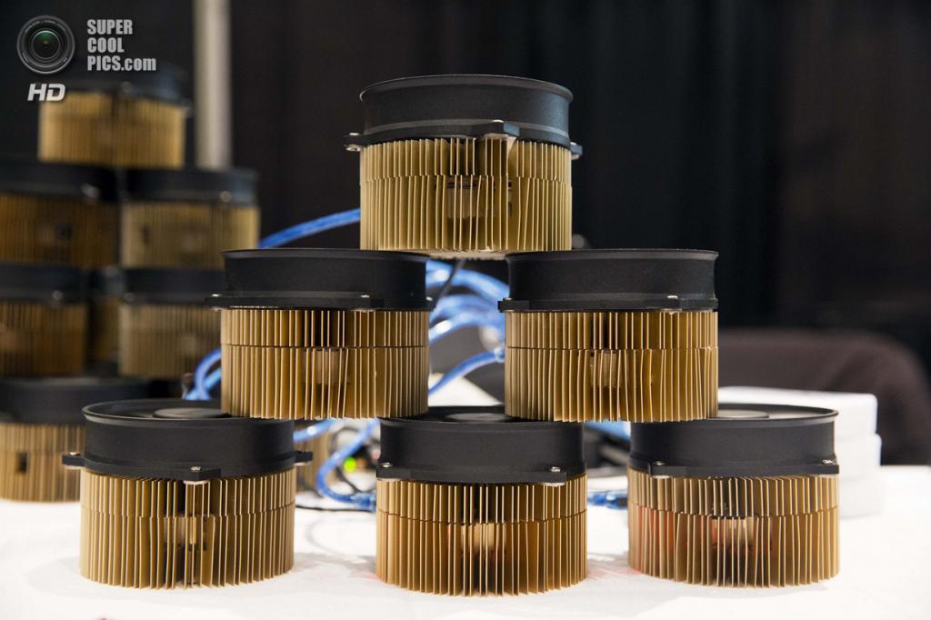 США. Нью-Йорк. 8 апреля. Стенд со скриптовыми ASIC Gridseed, которые используются для «майнинга» Bitcoin. (REUTERS/Lucas Jackson)