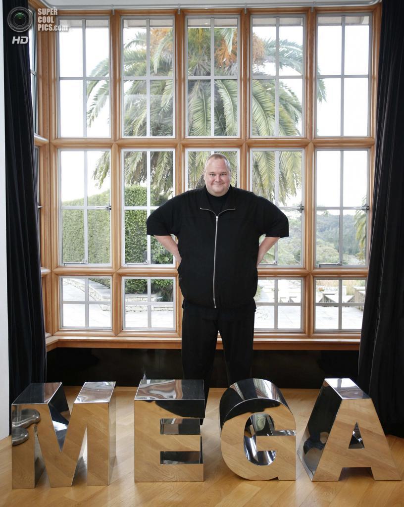 Новая Зеландия. Коутсвилл, Окленд. 13 апреля. Ким Дотком, создатель файлообменников Megaupload и Mega, позирует для фото в своём особняке в честь основания Интернет-партии Новой Зеландии. (REUTERS/Nigel Marple)