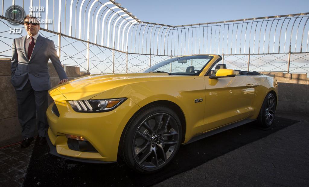 США. Нью-Йорк. 16 апреля. Билл Форд у 2015 Ford Mustang GT на 86-м этаже Эмпайр-стейт-билдинг. (REUTERS/Brendan McDermid)