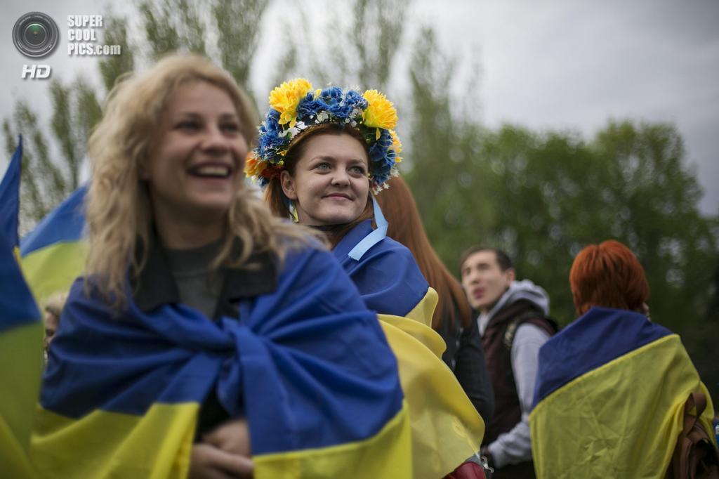 Украина. Донецк. 28 апреля. Участники проукраинского ралли — шествия за единую Украину. (REUTERS/Baz Ratner)