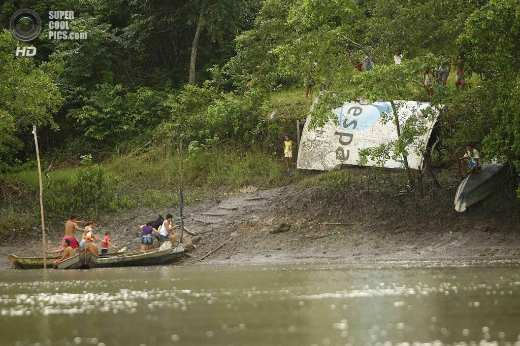 Бразилия. Салинополис, Пара. 29 апреля. Обломок ракеты-носителя «Ариан-5», найденный на реке Уриндеуа. (REUTERS/Tarso Sarraf)