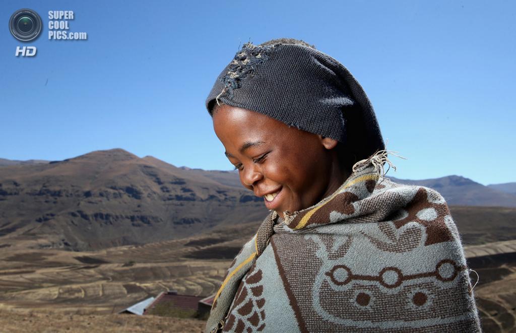 Лесото. Мокотлонг. 14 октября 2013 года. Мальчик-пастух, сфотографированный накануне открытия новой школы под эгидой благотворительного фонда Sentebale. (Chris Jackson/Getty Images)