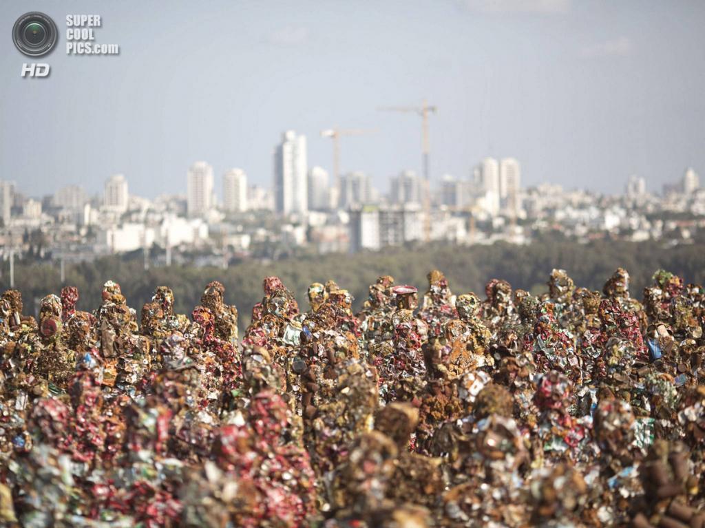 Израиль. Тель-Авив. 2 апреля. Выставка Ганса-Юргена Шульта «Trash People» в Парке Ариэля Шарона, где до недавнего времени располагалась Хирия — самая большая мусорная свалка Израиля. (AP Photo/Ariel Schalit)