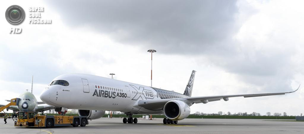 Германия. Гамбург. 7 апреля. Презентация нового пассажирского самолёта Airbus A350 XWB в аэропорту Гамбург-Финкенвердер. (REUTERS/Fabian Bimmer)