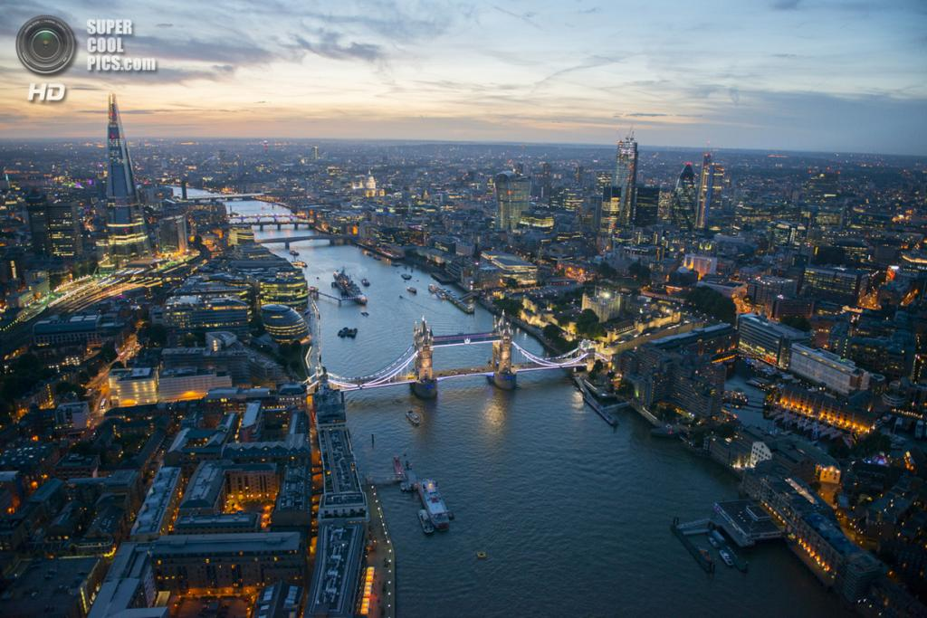 Великобритания. Лондон. Вид на Тауэрский мост над рекой Темзой. (Jason Hawkes)