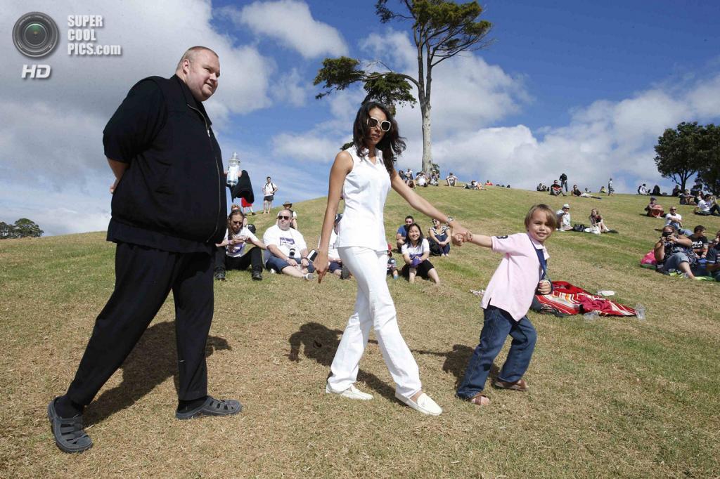 Новая Зеландия. Коутсвилл, Окленд. 13 апреля. Ким Дотком с женой Моной и сыном Киммо. (REUTERS/Nigel Marple)