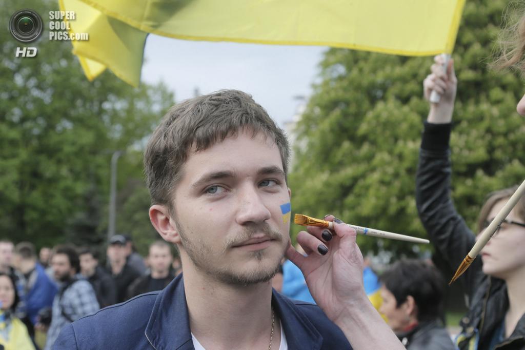 Украина. Донецк. 28 апреля. Участники проукраинского ралли — шествия за единую Украину. (AP Photo/Efrem Lukatsky)