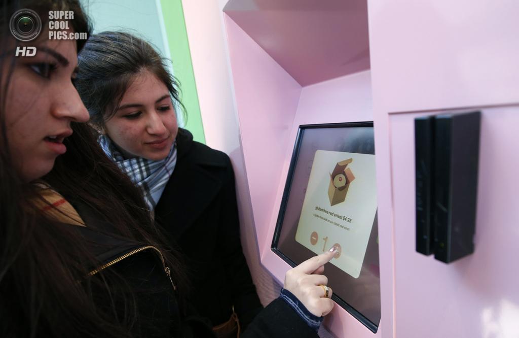 США. Нью-Йорк. 26 марта. Девушки выбирают кексы. (REUTERS/Mike Segar)