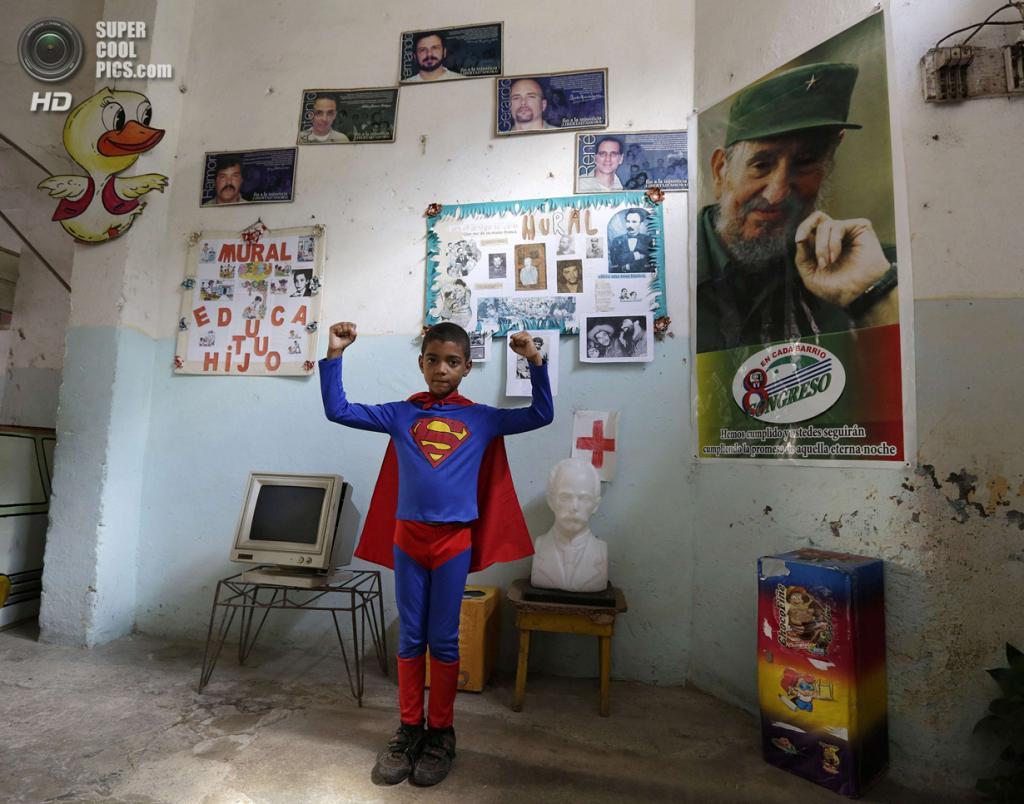 Куба. Гавана. 4 апреля. Второклассник Суильбер Куэста в костюме «Супермена» на праздновании 52-й годовщины основания Коммунистического союза молодёжи и 53-й годовщины основания Пионерской организации имени Хосе Марти. (REUTERS/Enrique De La Osa)