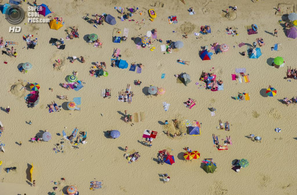 Великобритания. Лайм-Реджис, Дорсет. На пляже. (Jason Hawkes)