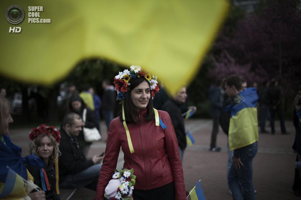 Украина. Донецк. 28 апреля. Участники проукраинского ралли — шествия за единую Украину. (AP Photo/Manu Brabo)