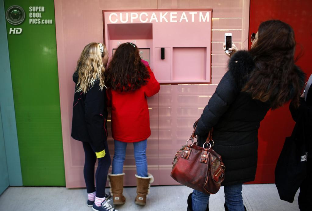 США. Нью-Йорк. 26 марта. Девушка фотографирует своих подруг у «банкомата». (REUTERS/Mike Segar)