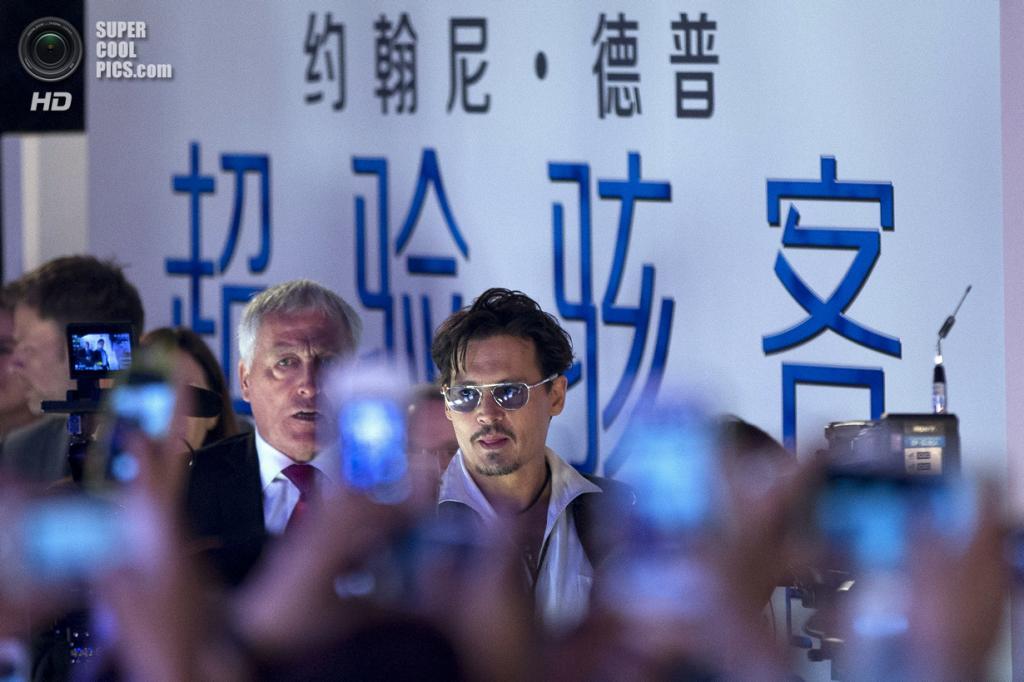 Китай. Пекин. 31 марта. Джонни Депп на презентации фильма «Превосходство» Уолли Пфистера. (AP Photo/Alexander F. Yuan)