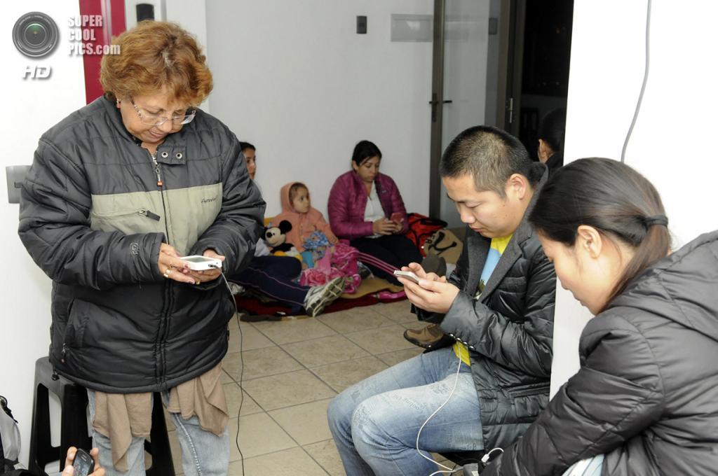 Чили. Икике, Тарапака. 2 апреля. Местные жители в ожидании эвакуации после землетрясения магнитудой 8,2 и объявления угрозы цунами. (AP Photo/Cristian Viveros)