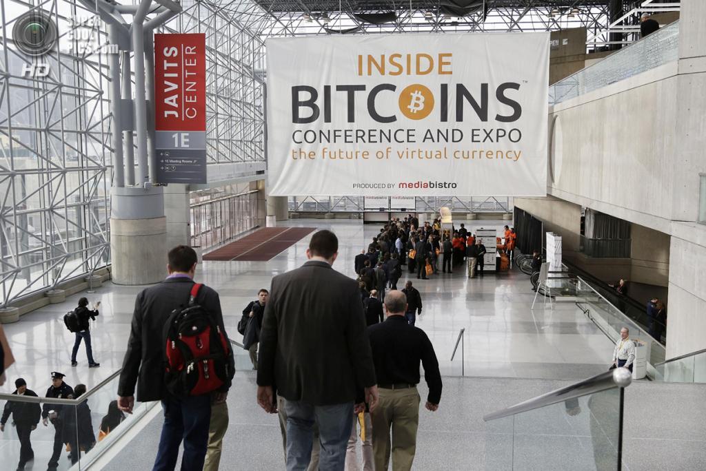 США. Нью-Йорк. 7 апреля. Очередь к стенду, где раздают товары с символикой Inside Bitcoins, информационные бюллетени и т.д. (AP Photo/Mark Lennihan)