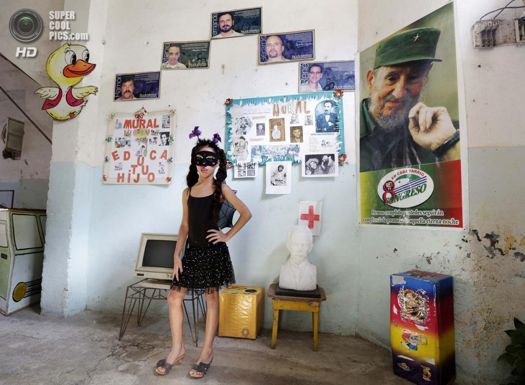 Куба. Гавана. 4 апреля. Третьеклассница Жанна Сильва в костюме вампира на праздновании 52-й годовщины основания Коммунистического союза молодёжи и 53-й годовщины основания Пионерской организации имени Хосе Марти. (REUTERS/Enrique De La Osa)