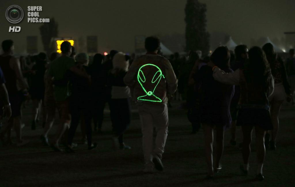 США. Индио, Калифорния. 13 апреля. Посетители фестиваля. (REUTERS/Mario Anzuoni)