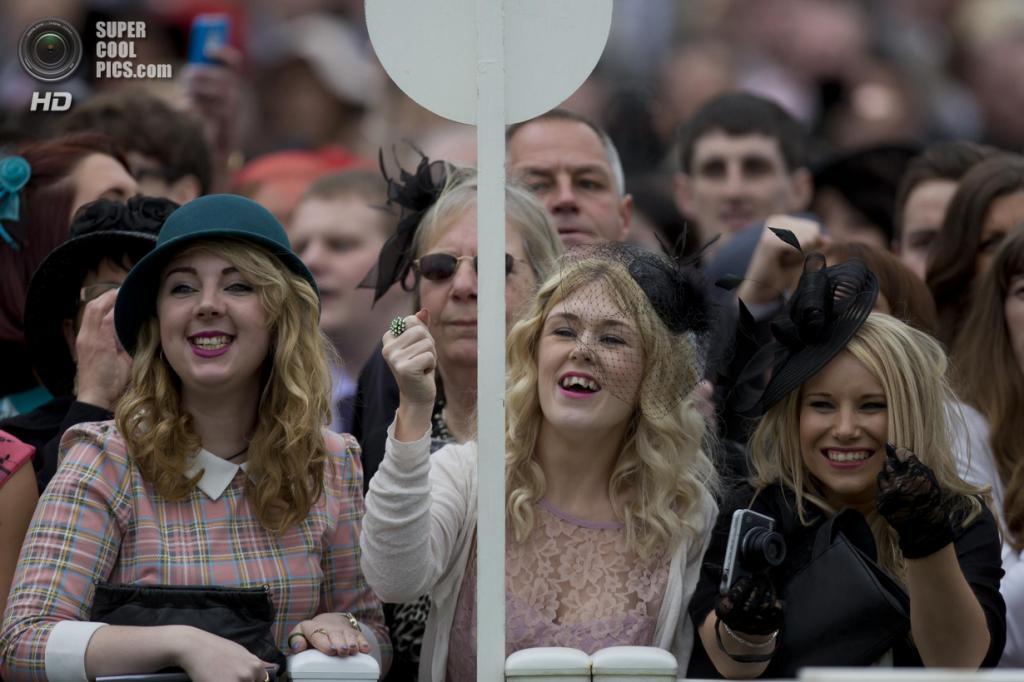 Великобритания. Эйнтри, Мерсисайд, Англия. 4 апреля. Женский день на скачках Grand National. (REUTERS/Toby Melville)