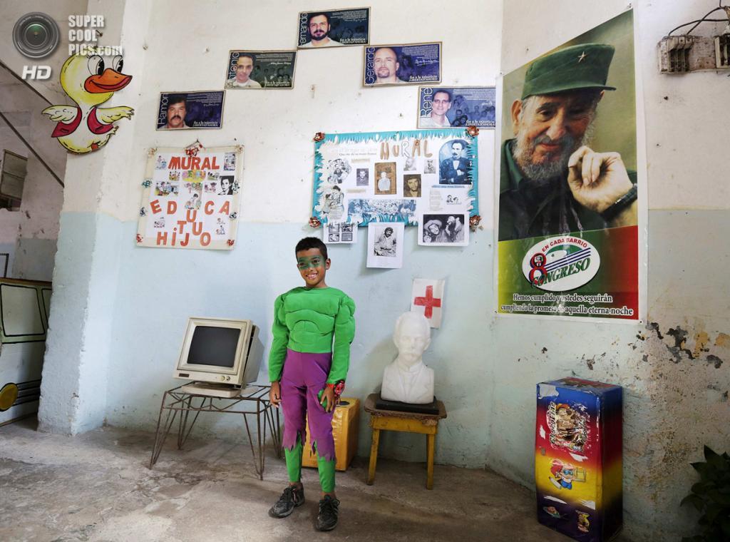 Куба. Гавана. 4 апреля. Первоклассник Кристиан Хесус в костюме «Невероятного Халка» на праздновании 52-й годовщины основания Коммунистического союза молодёжи и 53-й годовщины основания Пионерской организации имени Хосе Марти. (REUTERS/Enrique De La Osa)
