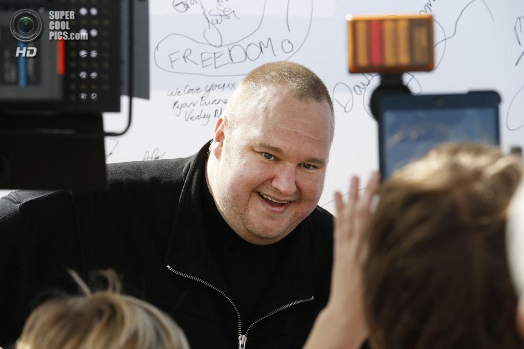 Новая Зеландия. Коутсвилл, Окленд. 13 апреля. Ким Дотком фотографируется со сторонниками Интернет-партии Новой Зеландии. (REUTERS/Nigel Marple)