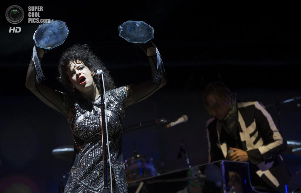 США. Индио, Калифорния. 13 апреля. Выступление группы Arcade Fire. (REUTERS/Mario Anzuoni)