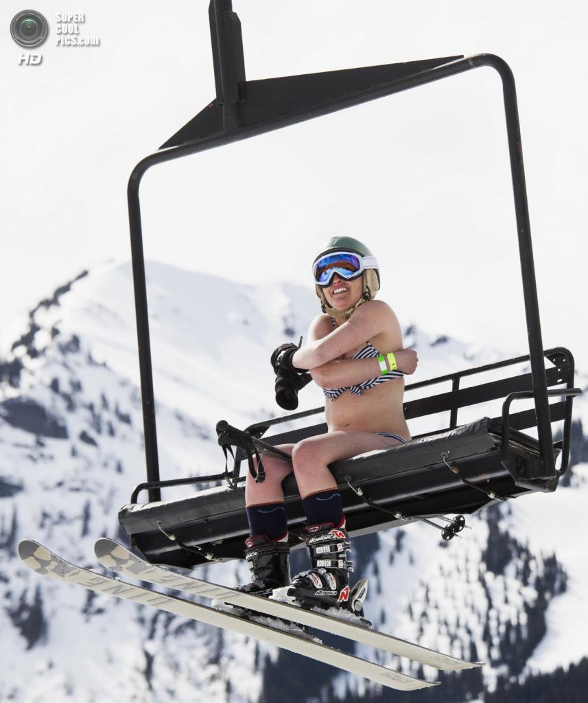 США. Энумкло, Вашингтон. 19 апреля. Во время соревнования Bikini & Board Shorts Downhill. (REUTERS/David Ryder)