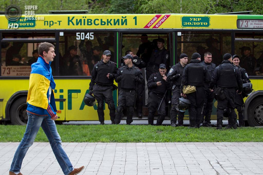 Украина. Донецк. 28 апреля. Автобус с милиционерами прибывает в центр города. (REUTERS/Baz Ratner)