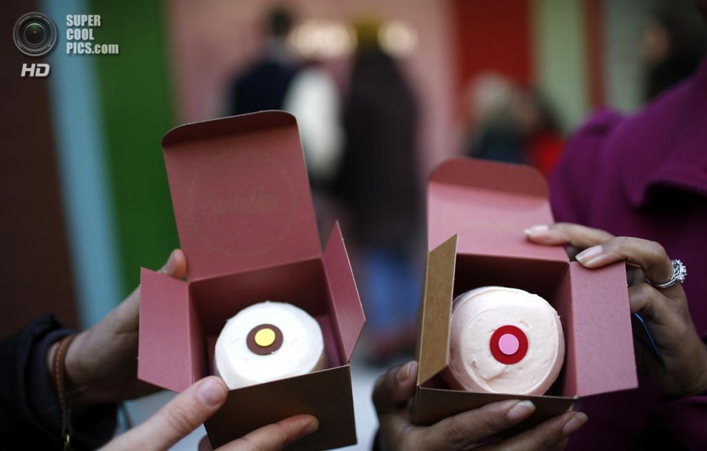 США. Нью-Йорк. 26 марта. Стефани Лич и Кэндис Смит демонстрируют кексы, которые им выдал «банкомат». (REUTERS/Mike Segar)