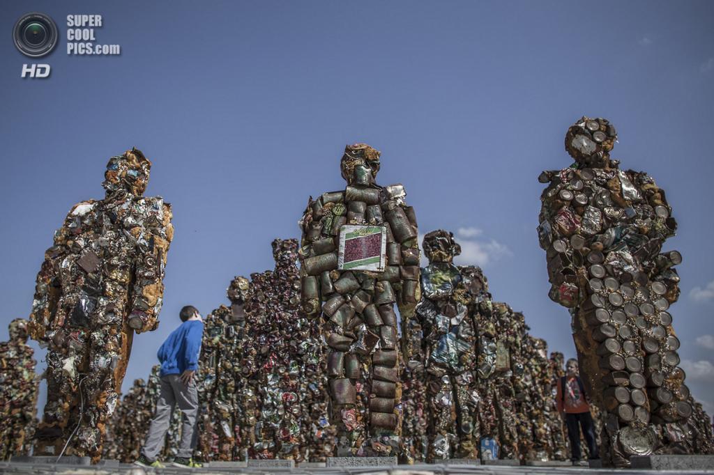Израиль. Тель-Авив. 2 апреля. Выставка Ганса-Юргена Шульта «Trash People» в Парке Ариэля Шарона, где до недавнего времени располагалась Хирия — самая большая мусорная свалка Израиля. (EPA/OLIVER WEIKEN)