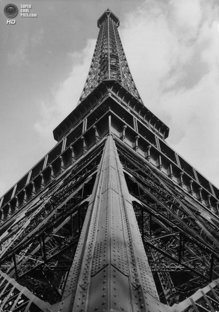 Франция. Париж. Эйфелева башня. 1950 год. (Keystone/Getty Images)