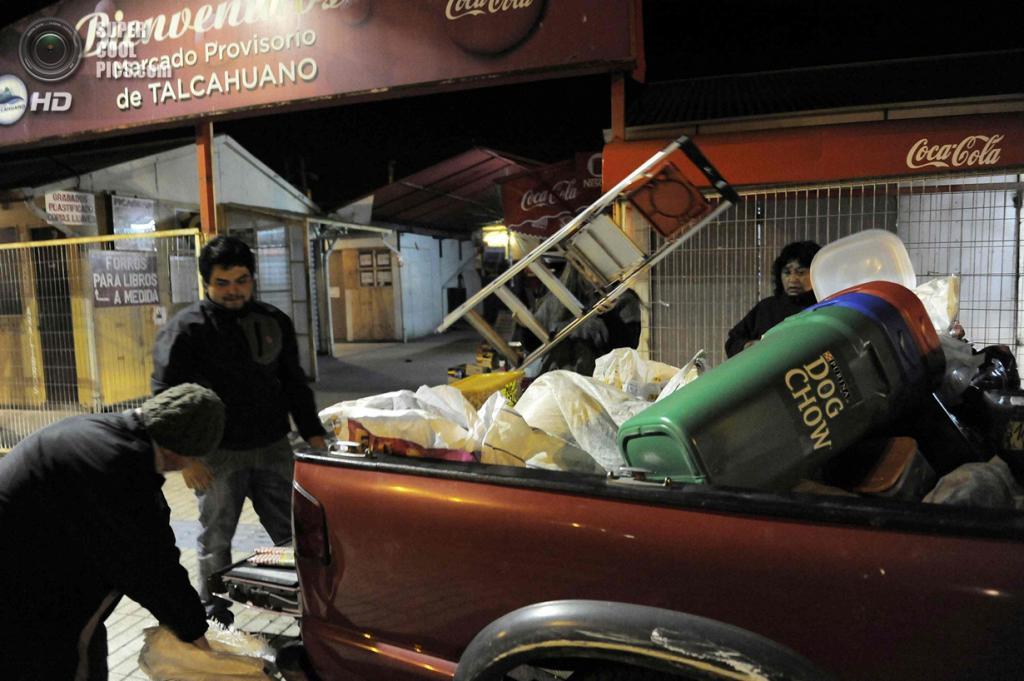 Чили. Талькауано, Био-Био. 2 апреля. Местные жители собираются в горы после землетрясения магнитудой 8,2 и объявления угрозы цунами. (REUTERS/Jose Luis Saavedra)
