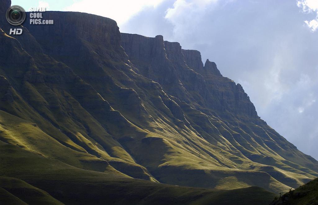 Южная Африка. Сисонке. 26 мая 2007 года. Перевал Сани в Драконовых горах, разделяющий Лесото и Южную Африку. (Mark Peacock)