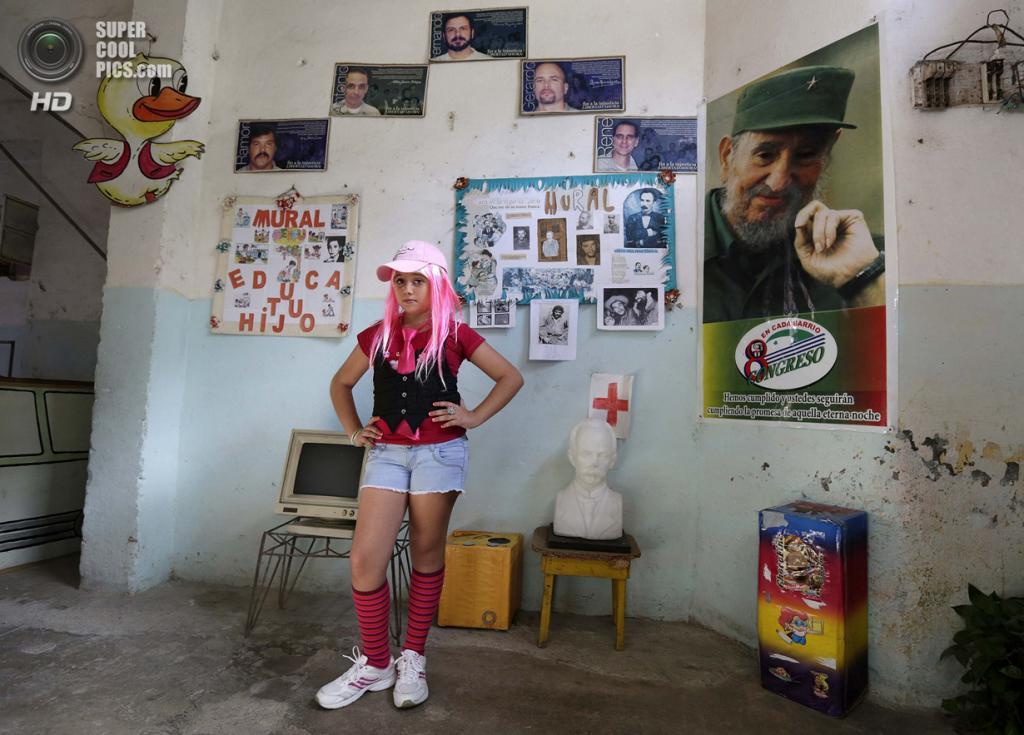 Куба. Гавана. 4 апреля. Шестиклассница Стефани Пенья в костюме куклы «Барби» на праздновании 52-й годовщины основания Коммунистического союза молодёжи и 53-й годовщины основания Пионерской организации имени Хосе Марти. (REUTERS/Enrique De La Osa)