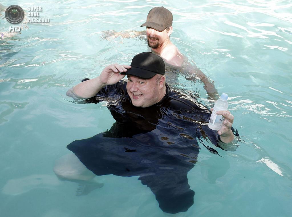 Новая Зеландия. Коутсвилл, Окленд. 13 апреля. Ким Дотком плавает в бассейне на вечеринке в честь основания Интернет-партии Новой Зеландии. (REUTERS/Nigel Marple)