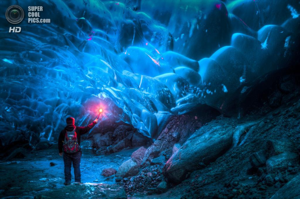 США. Аляска. В ледяной пещере. (Ron Gile)