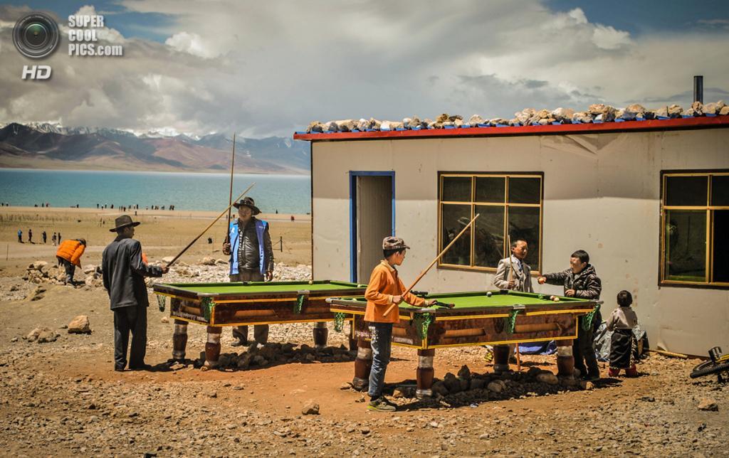 Тибетцы играют в бильярд у озера Нам-Цо. (Vincent Cheng/Smithsonian.com)