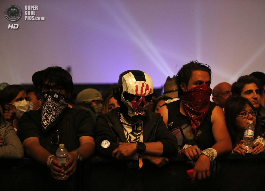 США. Индио, Калифорния. 12 апреля. Зрители в ожидании Muse. (REUTERS/Mario Anzuoni)