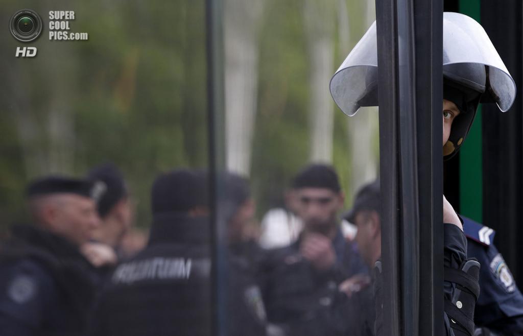 Украина. Донецк. 28 апреля. Милиционер выглядывает из автобуса. (REUTERS/Marko Djurica)